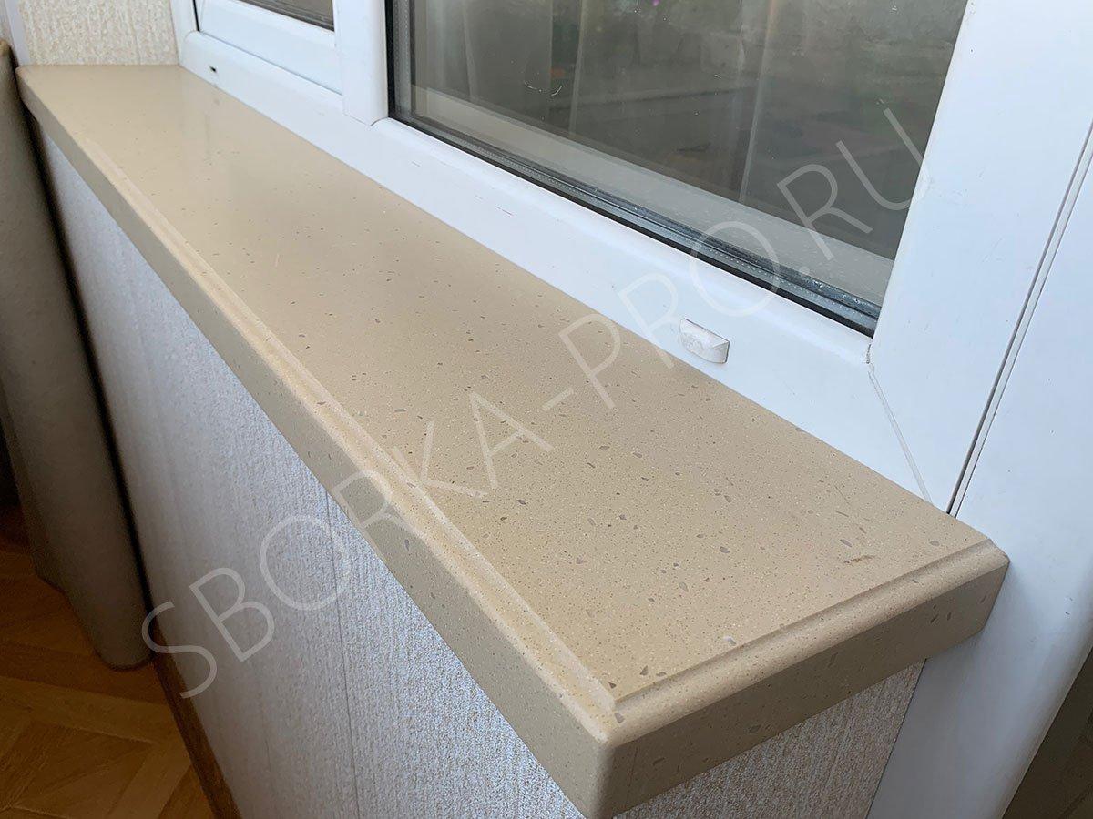 Прямой подоконник из камня на балконе
