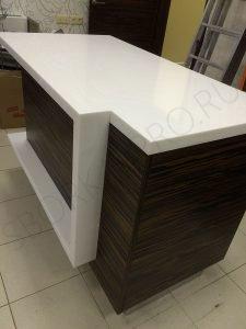 рабочий стол дизайнера в мебельном магазине