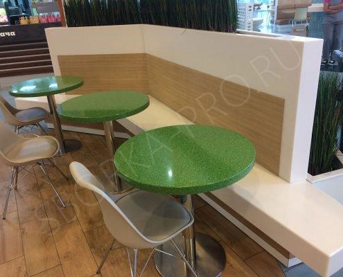 столы и перегородка из искусственного камня для клиентов