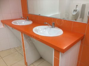 оранжевая столешница с двумя раковинами