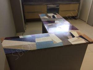 Разноцветный стол из искусственного камня