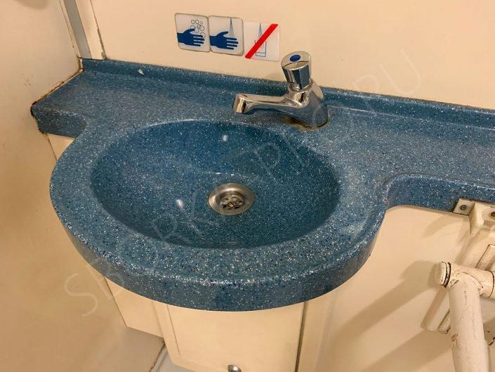 раковина-столешница в туалете аэроэкспресса