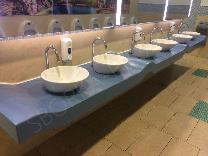 гнутая столешница в общественном туалете