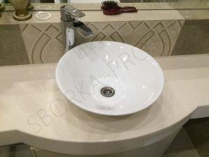 столешница для ванны с белым умывальником