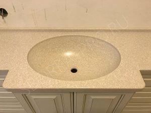 литой (интегрированный) умывальник из камня