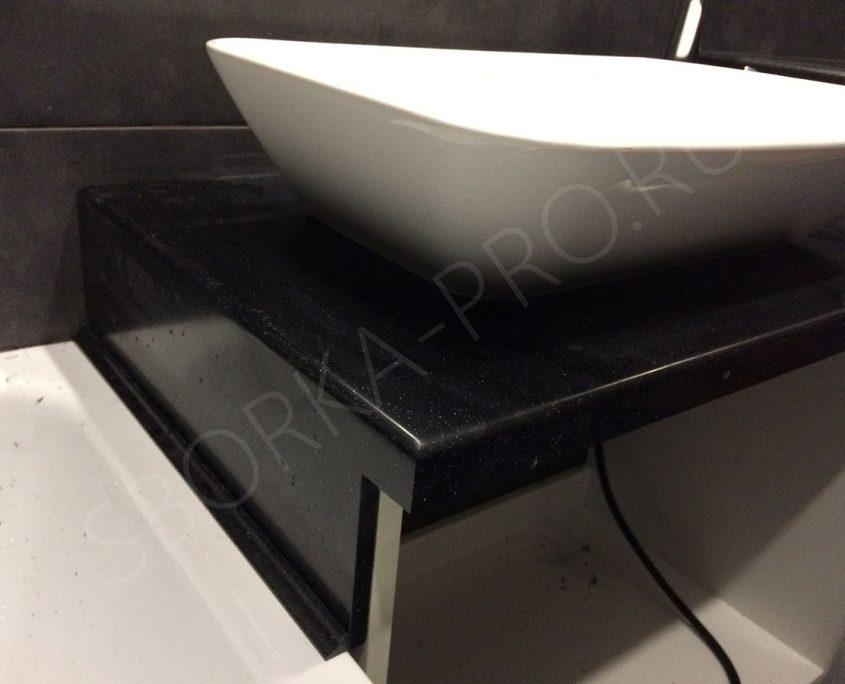 черная столешница в ванну с белым умывальником