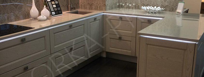 П-образная кухня с подсветкой