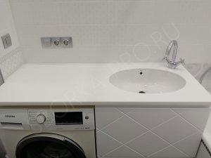 белая столешница в ванной