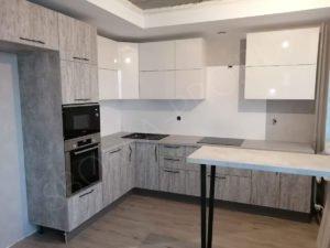 Кухня с верхними шкафами без ручек