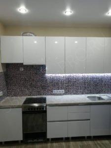 Кухня с глянцевыми фасадами из МДФ с профилем
