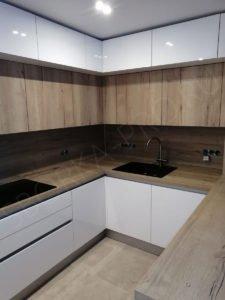 Кухня с антресолями с профилем Gola