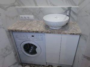 стиральная машина в ванной под столешницей из камня