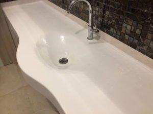 белая столешница для ванной комнаты