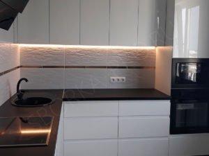 Белая кухня с интегрированными ручками