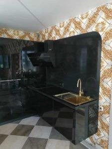 глянцевая кухня с черной столешницей