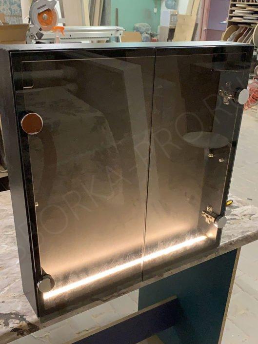 шкафчик со стеклянными дверцами
