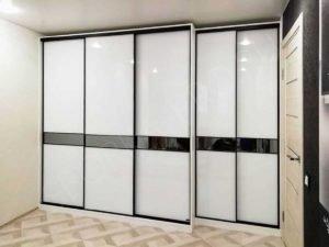 белый корпусный шкаф купе