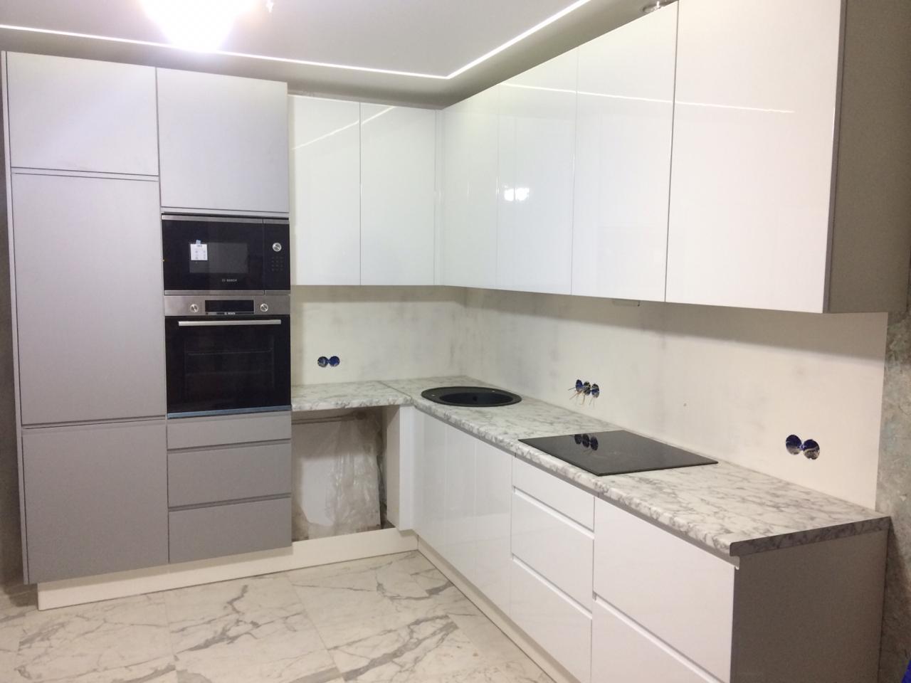 Кухня с фасадами МДФ эмаль с интегрированной ручкой. Комбинация фасадов белый глянец и серый металлик.