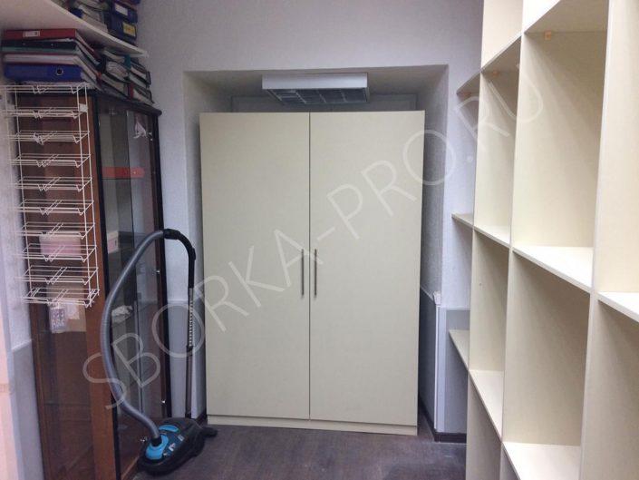 Стеллажи и шкаф для подсобного помещения в магазин одежды