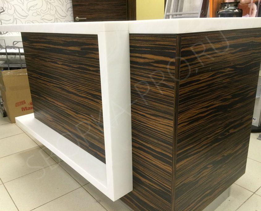 рабочий стол дизайнера мебельного магазина