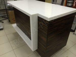рабочий стол из пластика и искусственного камня