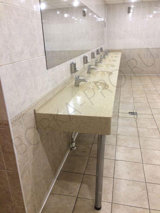 искусственный камень в общественном туалете