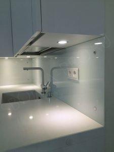 кухня эмаль со стеклянным фартуком