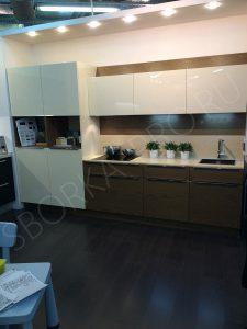 двухцветная кухня с пеналами