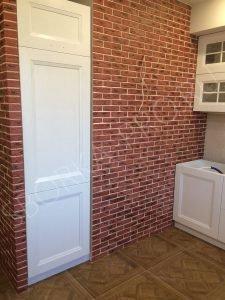встроенный холодильник на белой классической кухне