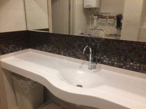 белая столешница в ванну с раковиной