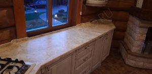 Столешница из камня для кухни загородного дома