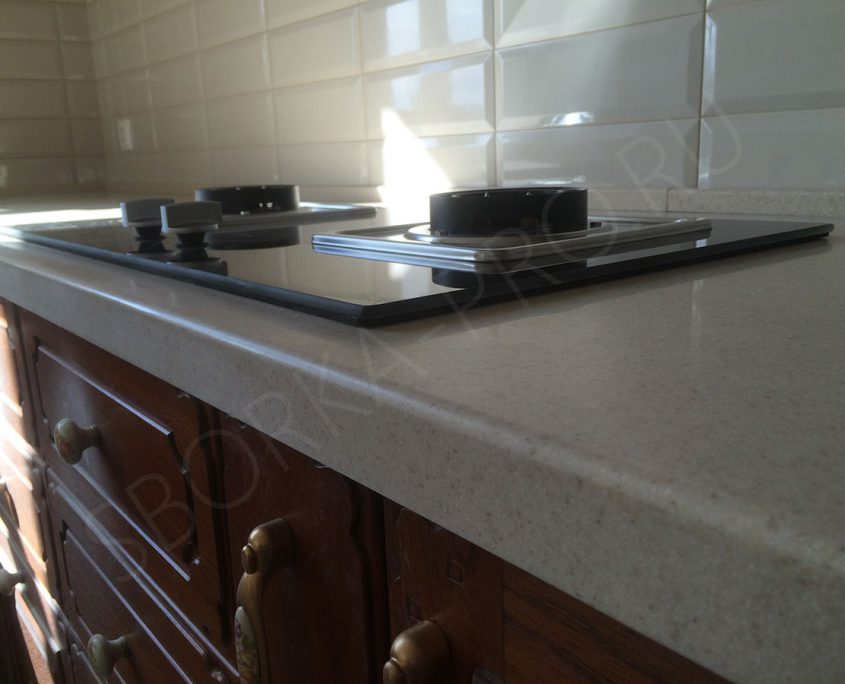 кухня из массива со столешницей из искусственного камня