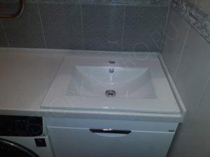 стиральная машина в ванной под столешницу