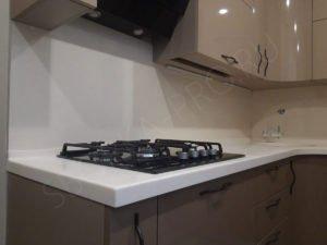 кухня со светлой столешницей