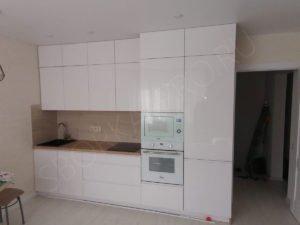 белая кухня под потолок