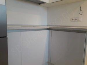 Белая кухня без ручек - профиль Gola