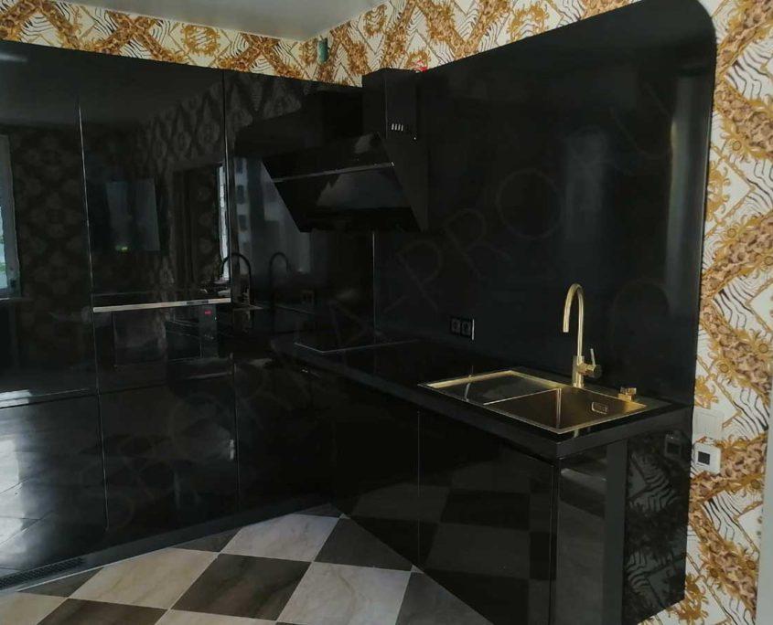 черная кухня с черной столешницей