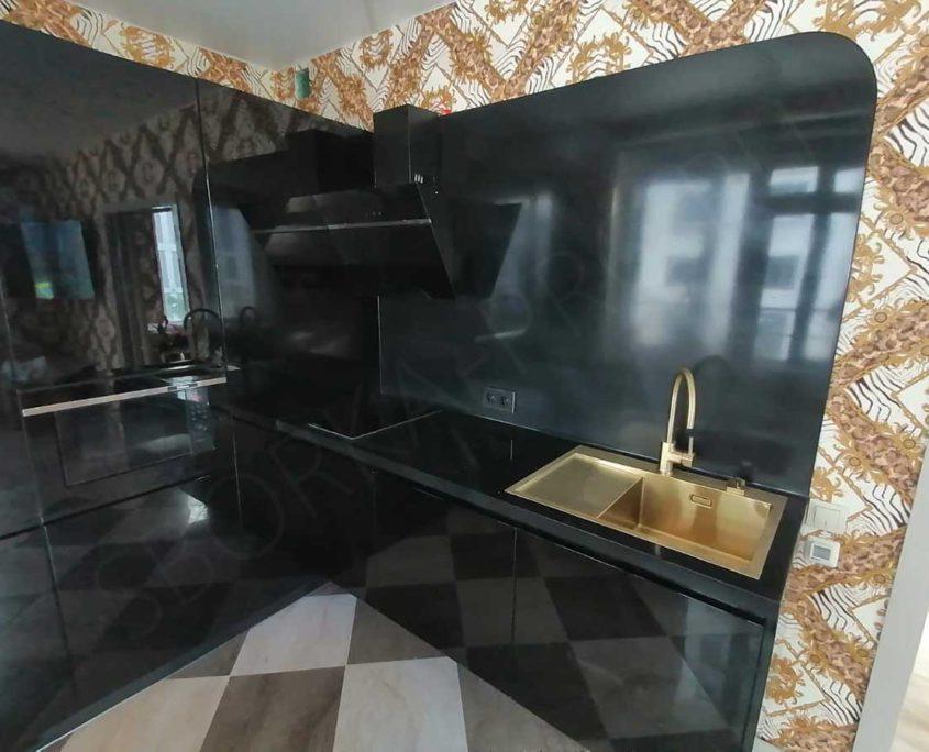 кухня с черной столешницей из камня