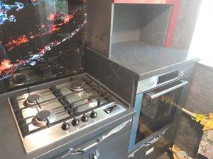 кухня с серой столешницей и фартуком
