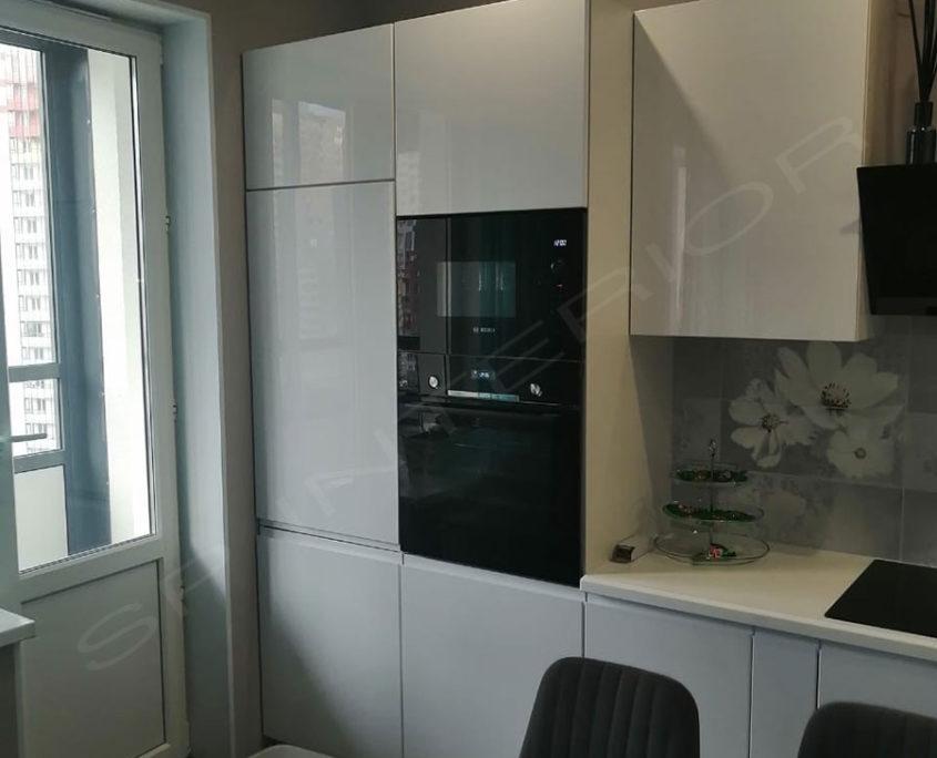 белая кухня с пеналами